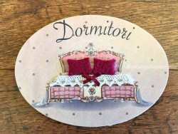Placa de dormitorio con cama cabecero rosa (con texto DORMITORI)