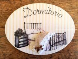 Placa de dormitorio con cama y mesita (con texto DORMITORIO)