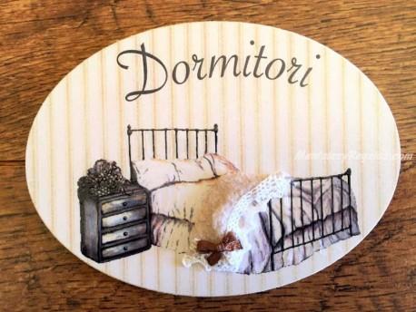Placa de dormitorio con cama y mesita (con texto DORMITORI)