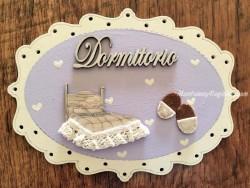Placa puerta Dormitorio fondo lila - 20 cm. (con texto DORMITORIO)