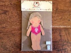 Muñeca recortable madera y vestido 15 cm. 2 coletas bañador fucsia