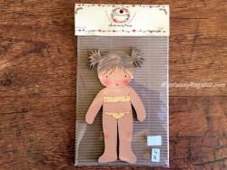 Muñeca recortable madera y vestido 15 cm. 2 coletas puntas bañador amarillo