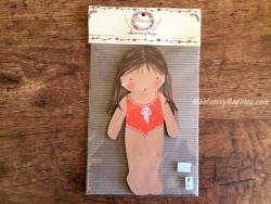 Muñeca recortable madera y vestido 20 cm. 2 coletas bañador naranja