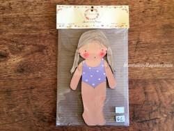 Muñeca recortable madera y vestido 20 cm. 2 coletas bañador lila