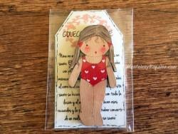 Muñeca recortable madera 7 cm. 2 coletas bañador rojo