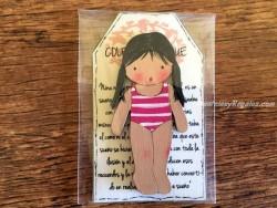 Muñeca recortable madera 7 cm. 2 coletas bañador fucsia
