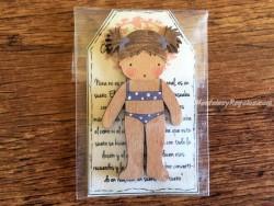 Muñeca recortable madera 7 cm. 2 coletas puntas bañador azul