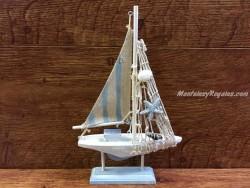 Barco velero con soporte de 23 cm.