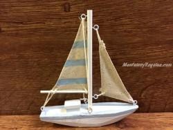 Barco de madera con vela a rayas de 16 cm.