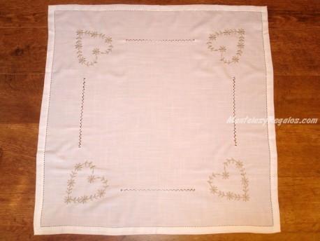 Mantel bordado - Modelo CORAZÓN - 85 x 85 cm.
