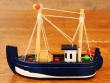 Barco de Pesca de madera - 12 cm. (color azul marino)