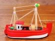 Barco de Pesca de madera - 12 cm. (color rojo)