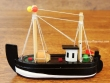 Barco de Pesca de madera - 12 cm. (color negro)