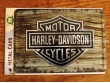 Postal metálica HARLEY-DAVIDSON FONDO MADERA de Nostalgic-Art