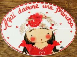 Placa para puerta niña vestido rojo sombrero flores (Aquí duerme una Princesa)
