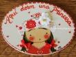 Placa para puerta niña vestido rojo sombrero flores (Aquí dorm una Princesa)