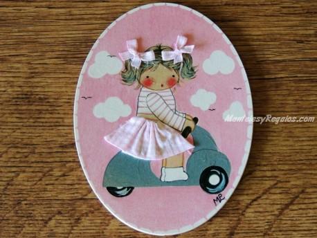 Placa infantil para puertas modelo niña con vespa sobre fondo rosa