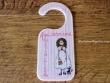 Placa para pomo de puerta modelo niña bolso y perrita (Aquí dorm una Princesa)