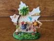 Figura marinera decorativa modelo Hoja - 9 cm. (Hoja con cubo y pala de playa)