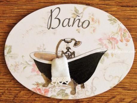 Placa de baño con bañera negra fondo flores (con texto BAÑO)