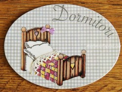 Placa de dormitorio con cama cabezal corazón (con texto DORMITORI)