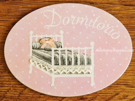 Placa de dormitorio con cama colcha gris (con texto DORMITORIO)