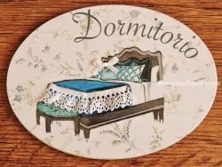 Placa de dormitorio con cama fondo flores (con texto DORMITORIO)