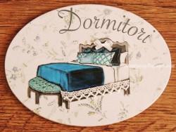 Placa de dormitorio con cama fondo flores (con texto DORMITORI)