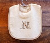 Babero bordado 100 % algodón con letra N